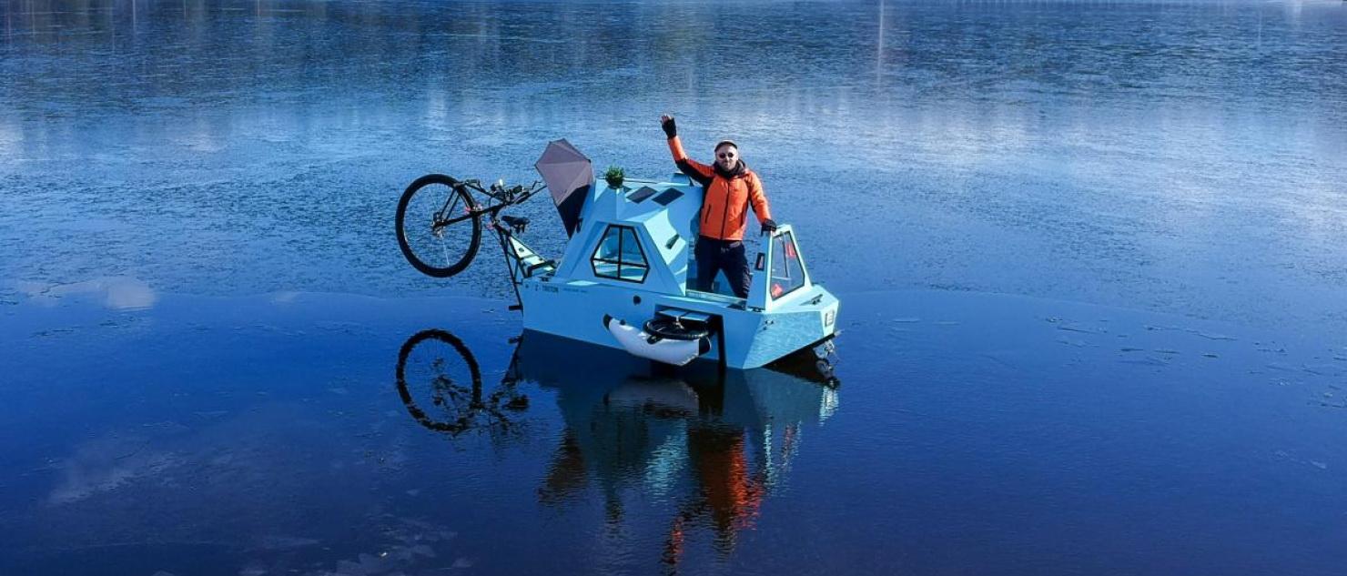 """Zeltini """"z-triton"""" to malutki elektryczny kamper łączący dom, rower i łódź."""